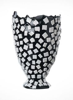 Fish Design- Gaetano Pesce Rock Vase Flexible resin vase available in a variety of color schemes and sizes. Art Furniture, Vintage Furniture Design, Modern Furniture Stores, Rock Design, Fish Design, Contemporary Vases, Colored Vases, Round Vase, Black Vase