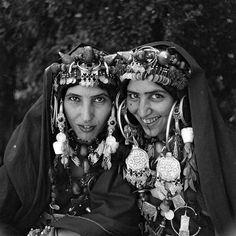 - Besancenot Jean (1902-1992) - Femmes des Ahel Tarjicht avec leurs abondantes parures. Les colliers, joujou, faits de perles de couleurs et de boules d'ambre.- Arago