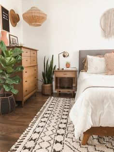 schlafzimmer Cozy boho bedroom with neutral color pallet. - Home Decoraiton Cozy boho bedroom with n Bohemian Bedroom Decor, Home Decor Bedroom, Diy Bedroom, Bedroom Rustic, Boho Decor, Bedroom Plants, Decor Room, Summer Bedroom, Bedroom Desk