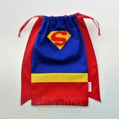 Make a cape backpack Superman Party, Superhero Birthday Party, Candy Bags, Goodie Bags, Sewing Crafts, Sewing Projects, Wonder Woman Party, Creative Bag, Fabric Bags
