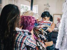 Estilista cria vestidos de festa de até R$ 2 mil com papel higiênico e garrafas PET