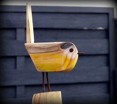 Mésange, oiseau en bois flotté et matériaux de récupération, upcycling