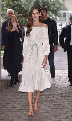 Paris Fashion Week: Celebrities and royals backstage, on the catwalk and in the FROW - Supermodel Izabel Goulart was able to enjoy the Valentino runway show from the front row. Day Dresses, Short Dresses, Summer Dresses, Outfit Summer, Valentino 2017, Valentino Heels, Fashion Looks, Style Fashion, Fashion Trends