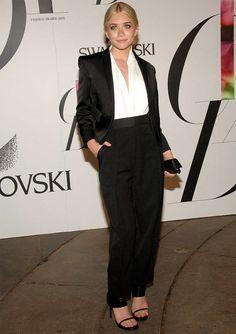 Look de Ashley Olsen com terno e calça social + sandália de tiras.