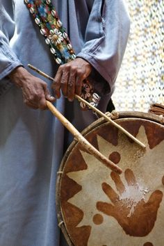 Drummer Gnaoua music has its origins in sub-saharan Africa. Black slaves from Senegal, Sudan and Ghana, who were taken to Morocco in former centuries brought it here. Marrakech, Drum Lessons, We Are The World, Le Far West, Moroccan Style, Sound Of Music, North Africa, People Around The World, Hand Art