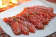 Saumon gravlax : trancher horizontalement, en biais et surtout TRES FIN la sauce d'accompagnement : http://www.gustave.com/recettes/1594/sauce-gravlax.html