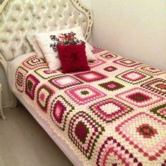 The crochet quilt is an alternative to make the room much more charming and cozy. Crochet Bedspread, Crochet Quilt, Crochet Blocks, Crochet Home, Crochet Motif, Crochet Granny Square Afghan, Crochet Squares, Granny Squares, Crochet Furniture