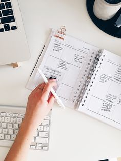 These 9 must-read time management and organization tips for working moms will help you will help you maximize productivity and stay organized. Kanban Board, Organize Life, Clem, Flat Lay Photography, Product Photography, Levitation Photography, Experimental Photography