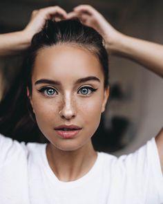 2,517 отметок «Нравится», 61 комментариев — Alena (@helena132) в Instagram: «Какой у вас любимый цвет глаз ? Я безумно люблю голубые! Это моя любовь 🐋»