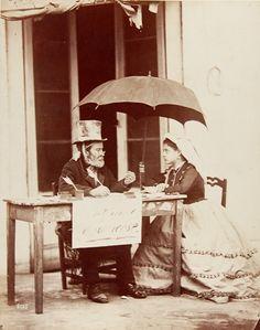 1875 Die neapolitanische Kostümszene «Si traduce in francese» ist eine der berühmtesten Aufnahmen von Giorgio Sommer (1834-1814).