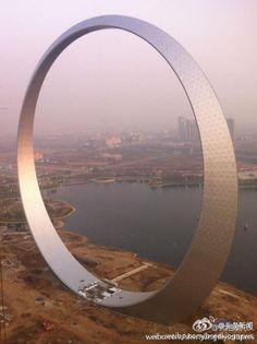 【画像】中国で巨大なスターゲイトのような建造物が出現|中国的爆発日記