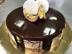 Torte moderne - Base marquise, mousse al maracuja, perle di cioccolato fondente, marquise, bavarese al cioccolato, glassa a specchio al cacao
