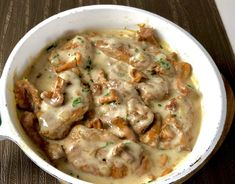 Polędwiczki w sosie kurkowym Krucha i soczysta polędwiczka wieprzowa w śmietanowo-kurkowym sosie to danie, któremu ciężko się oprzeć. Klasyczna potrawa, która świetnie komponuje się z duszonymi ziemniaczkami, jak również z ryżem lub makaronem. Polecam! Składniki: 1 polędwiczka wieprzowa 200g świeżych kurek 1 cebula 1 szklanka bulionu warzywnego lub rosołu 1 łyżka masła 1/4 …