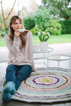 Häkelanleitung für Teppich aus selbstgemachtem Jersey-Garn, Upcycling-Projekt / diy crochet inspiration: use jersey yarn to crochet a beautiful carpet via DaWanda.com