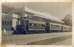 Trem na nova estação Guarujá, construída em 1935 a dois quarteirões da praia, em substituição à antiga estação homônima