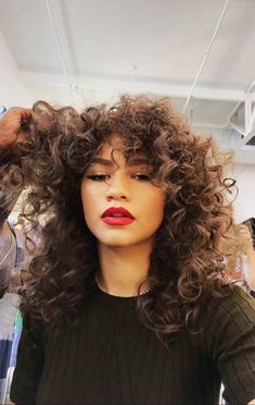 Retro Curls - With a curling wand, create detailed spirals on separate sections of your hair. Starting from the back to the front, this should take you about 15 minutes, if you use a one-inch barrel (and depending on the amount of hair you have). Curled Hairstyles, Weave Hairstyles, Cool Hairstyles, Zendaya Hairstyles, Curling Wand Hairstyles, Model Tips, Retro Curls, Zendaya Style, Spiral Curls