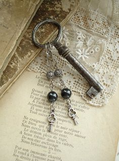 UNLOCKED  Skeleton Key Earrings. Antique par RomantiquarianDesign, $18.50