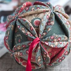 Master-class on the ball vintage / Vintage Christmas ball tutorial - evening meetings Vintage Christmas Balls, Quilted Christmas Ornaments, Fabric Ornaments, Christmas Sewing, Christmas Makes, Christmas Fabric, Ball Ornaments, Christmas Fun, Christmas Decorations