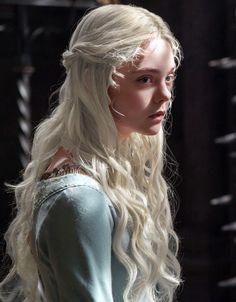 Elle Fanning as Daenerys Targaryen, Edit by me Princess Aesthetic, Aesthetic Girl, Aesthetic People, Elle Fanning, Portrait Inspiration, Character Inspiration, Yennefer Of Vengerberg, Poses, Ulzzang Girl
