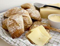 """Så kallade """"knådfria"""" frallor bakade på dinkelmjöl. Perfekt frukostbrödför lata sommardagar - varken hushållsassistent eller surdeg behövs. Degen ska"""