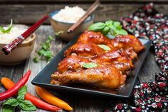 ¡Prueba esta receta de pollo en salsa de soja al puro estilo oriental! Glazed Chicken, Braised Chicken, Marinated Chicken, Sweet Bread Pudding Recipe, Balsamic Tomatoes Recipe, Quick Fried Rice, Crockpot Recipes, Chicken Recipes, Pork Noodles