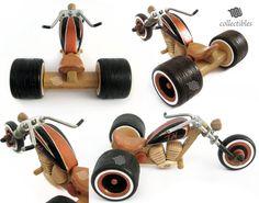 Impresionante réplica de un Trike Chopper, hecha totalmente de madera. La pieza es una réplica coleccionable grande, una visita obligada para todo amante de los modelos Chopper Trike. Cada detalle está hecho a mano. La pieza muestra alternativamente madera natural y decorado madera,