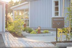 Creating a front garden – 41 easy-care and modern examples … - GArdendiy. Swedish House, Cincinnati, Create, Outdoor Decor, Inspiration, Home Decor, Garden Modern, Cabins, Cottages