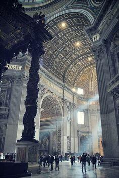 Destellos de luz en la Basílica de San Pedro, Roma Italia