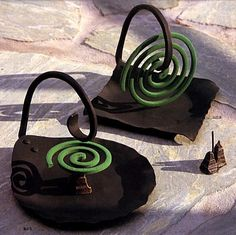 mosquito coil holder - metal but could be made with clay. Ceramics Projects, Clay Projects, Clay Crafts, Diy And Crafts, Projects To Try, Ceramic Plates, Ceramic Pottery, Pottery Art, Sculptures Céramiques