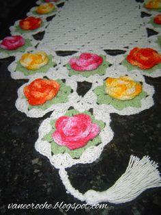 http://vanecroche.blogspot.com.br/2013/01/caminho-de-mesa-croche-com-rosas.html