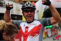 Große Freude im Zielgelände! Bicycle Helmet, Bike, Marathon, Fashion, Joy, Bicycle Kick, Moda, La Mode, Cycling Helmet