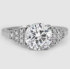 This glamorous ring in white gold creates a look of chic geometry that evokes the Art Deco era.