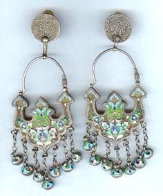 Orecchini composti da originali orecchini cloisone smaltatura argento dall'Uzbekistan risalenti alla fine del 19esimo secolo, che sono stati ora modificati con le cime di moneta complementare (per buchi alle orecchie).