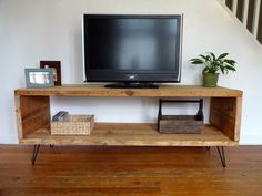 Looking for ideas to build your own entertainment center that suits your tastes and the space in your living room. Get inspired free DIY entertainment center ideas to get started. Reclaimed Wood Furniture, Pallet Furniture, Reclaimed Wood Tv Stand, Furniture Plans, Ideas Decoracion Salon, Wooden Tv Stands, Tv Bench, Diy Tv Stand, Simple Tv Stand