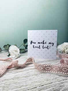 Suchst du eine tolle Karte zum Ausdrucken und verschenken? Entdecke hier tolle Kartensprüche rund um Liebe und Valentinstag. Die Postkarten kannst du ganz einfach auf dem Blog ausdrucken! You Make Me, How To Make, In A Heartbeat, Place Cards, Place Card Holders, Blog, Valentine Day Cards, Mother's Day, Round Round
