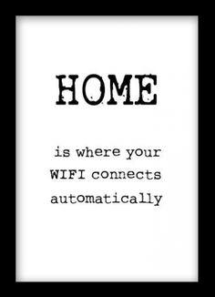 Humoristisk tavla med texten, Home is where your wifi connects automatically. Svartvit poster med text. Denna textposter passar fint i en tavelram. Vi har ett stort utbud av svartvita posters med text och typografiska tavlor.