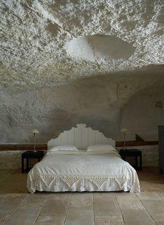Italian farmhouse in Puglia. Italian Farmhouse, Rustic Italian, Italian Home, Dream Bedroom, Home Bedroom, Bedroom Decor, Coral Bedroom, Bedroom Interiors, Bedroom Ceiling