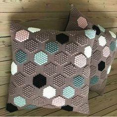 50 Free Crochet Pillow Patterns - Page 2 of 50 - hotcrochet .com : 50 Free Crochet Pillow Patterns – Page 2 of 50 – hotcrochet . Bag Crochet, Crochet Home, Crochet Motif, Crochet Crafts, Crochet Stitches, Crochet Baby, Crochet Projects, Free Crochet, Modern Crochet