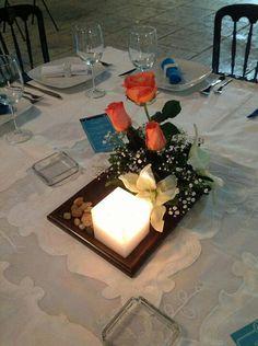 Centro de mesa con vela, 3 rosas y y flores blancas