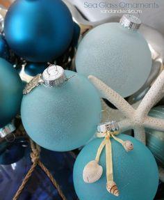 Bolas navideñas junto al mar