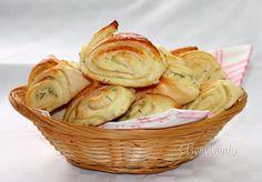 Bryndzové koláče • recept • bonvivani.sk Old Recipes, Bread Recipes, Snack Recipes, Snacks, A Food, Food And Drink, Bread And Pastries, Gluten Free Baking, Tasty Dishes