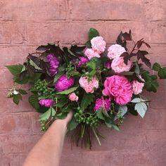 Букет из садовых роз, астр, винограда и помидорок черри