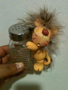 Salero con león