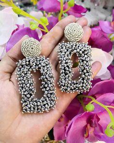 Love the texture on these. Handmade Beaded Jewelry, Beaded Jewelry Patterns, Embroidery Jewelry, Beaded Embroidery, Earrings Handmade, Diy Earrings Dangle, Bridal Earrings, Texture, Ideas