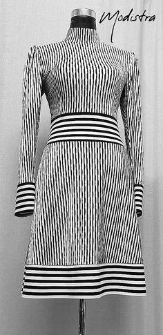 Pohodlné elastické šaty z kvalitného talianskeho úpletu vyššej gramáže, s čiernobielou potlačou, zdobené pruhovanou bordúrou v páse, dolnej časti a na rukávoch, stojáčikový golier,riasené rukávy v ... High Neck Dress, Dresses With Sleeves, Long Sleeve, Fashion Design, Turtleneck Dress, Sleeve Dresses, Long Dress Patterns, Gowns With Sleeves, High Neckline Dress