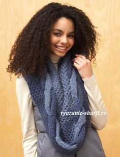 вязаный шарф-хомут спицами с двухцветной косой