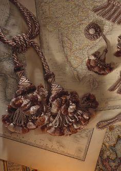Draperiet på Høvik i Bærum fører Declercq Passementiers. Drapes Curtains, Drapery, Glands, Passementerie, Rosettes, Art Forms, Fabric Design, Embellishments, Tassels
