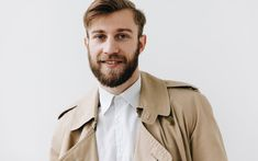 Módna klasika, ktorej korene siahajú až k prvej svetovej vojne. Trenčkot alebo trench coat v pánskom šatníku vyjadruje nielen módny vkus svojho majiteľa, ale funguje aj ako všestranný spoločník do každého počasia. Prečo a ako ho nosiť? #stevula #trenckot #trenchcoat #manstyle #gentleman #smartcasual #outwear Trench Coats, Smart Casual, Le Mans, Burberry, Raincoat, Blog, Jackets, Fashion, Chinese