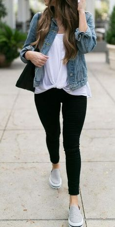 40 Preppy Fall Outfits To Try Already This Autumn What's the standard uniform of the preppy varsity girl? Here you have it: black leggings, a white T-shirt, and a blue denim jacket. Casual Leggings Outfit, Legging Outfits, Black Leggings Outfit Summer, Blue Leggings, Outfit Jeans, Nike Outfits, Loafers Outfit, Outfit With Denim Jacket, Black Tshirt Outfit