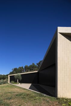 Image 4 of 29 from gallery of Tomar Hill House / Contaminar Arquitectos. Photograph by Fernando Guerra Architecture Building Design, Minimal Architecture, Contemporary Architecture, House Architecture, Arch House, Dream House Exterior, Architect House, House On A Hill, Flat Roof